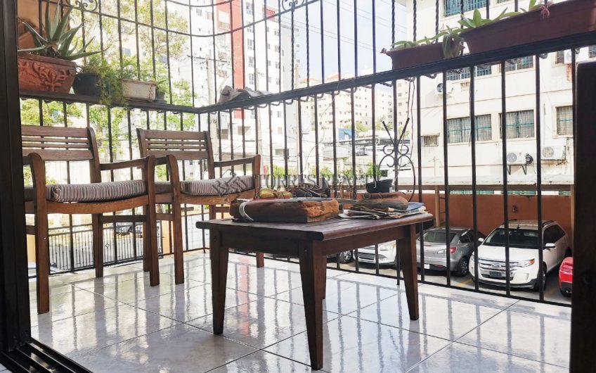 Si busca un apto. amplio, céntrico, con balcón y 2do. piso, éste es el suyo.  En Paraíso a menos de 800 metros de Agora Mall, entre Linconl y Churchil.